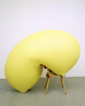 Hans Hemmert, o.T. (gelbe Skulptur passend zu Stuhl), 1998